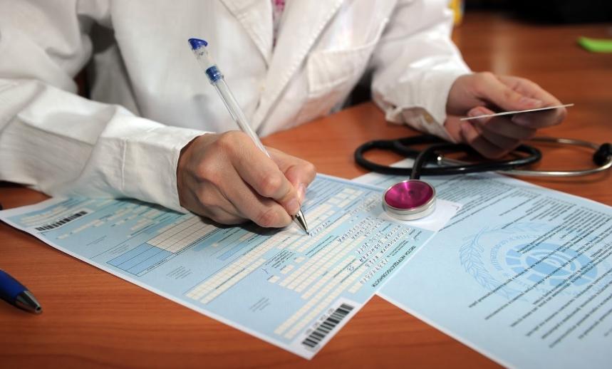 врач выписывает документы